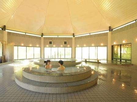 【スパ&リゾートホテル 秋の宮山荘】50坪の開放的な大浴場にはジャグジー、サウナなど7種類の浴槽