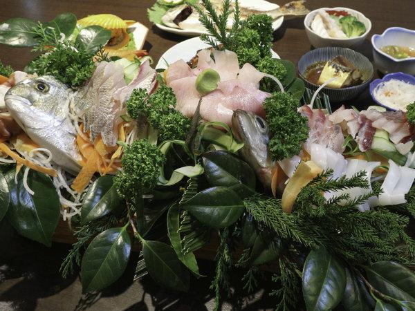 *【ご夕食一例】新鮮なお刺身を舟盛りでご提供!「食べきれない」ご好評をいただいている自慢の一品です!