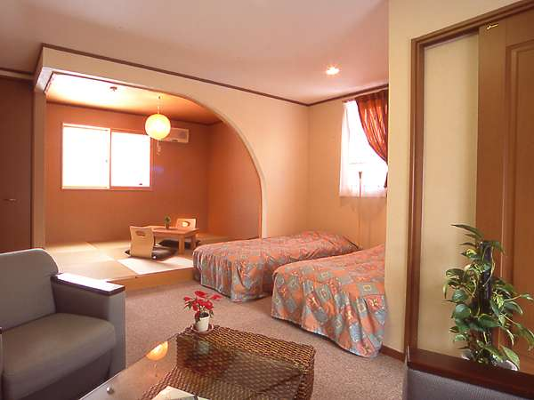 【和洋室 一例】ソファで寛いだり和室で寛ぐも自由・和室部分は約6畳(広さ:約22畳)