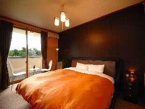 【DXダブルルーム 一例】黒を基調としたちょっと広めのお部屋(広さ:約12畳)