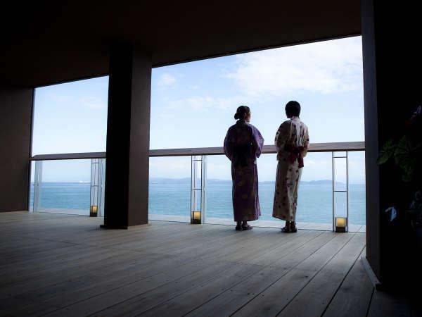 【渚の荘 花季】エントランスを抜けると目に飛び込むのは澄んだ空、蒼い海。