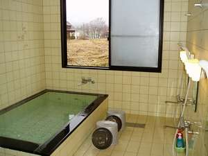 大山が見渡せ、家族での入浴にぴったりの浴室です。