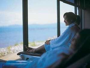 プールリラクゼーションルーム。海を見ながらゆったりとお過ごしいただける空間です。