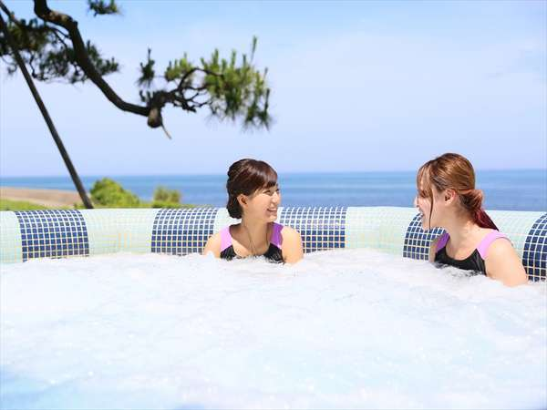 青く澄んだ海を眺めながら楽しいおしゃべりもいいですね