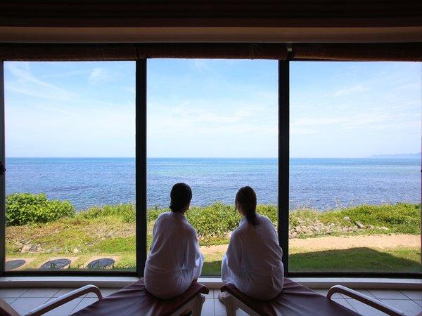 前面ガラス張りで日本海をパノラマで眺めることが出来ます