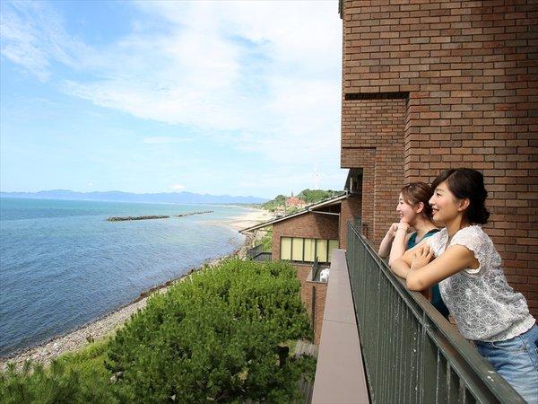全室に日本海を一望できるバルコニーが付いています。夕日の眺めも最高
