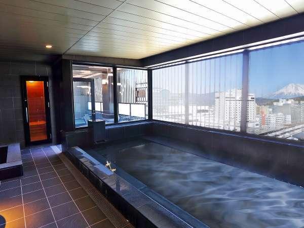 最上階スカイスパには富士山を望む露天風呂と大浴場、サウナを完備。(男湯)