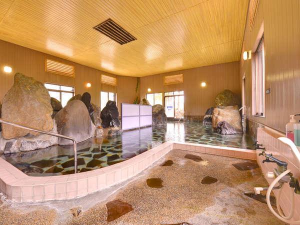 *内湯(混浴)/ご家族でも楽しめる、掛け流しの天然温泉です。
