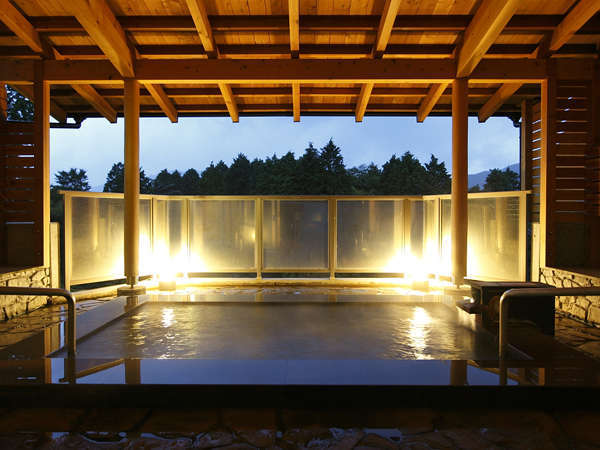 【桃源の湯】遠く長尾峠と外輪山を望み、自然の空気が満ちる露天風呂