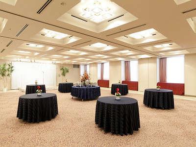 【宴会場(6F)】立食形式にて130名様、着席形式にて100名様まで収容可能。