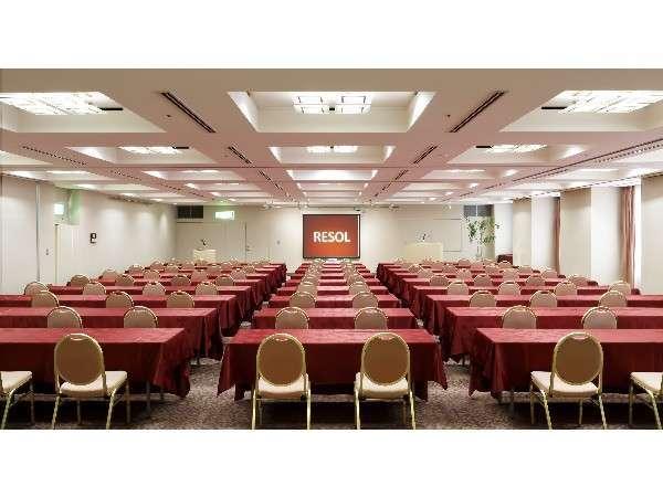 【会議室(6F)】スクール形式にて150名様まで収容可能。