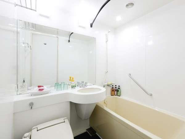 【バスルーム】リニューアルした綺麗で明るいバスルーム!足を伸ばしてゆったり浸かれるバスタブ♪