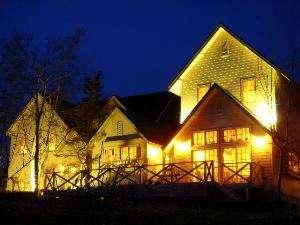 夜遅く到着された時にはライトアップされた白い建物が目印です