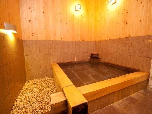 檜風呂です。檜のいぃ匂いがします♪疲れが取れますよぉ~^^