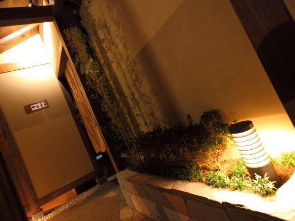 浴場へつながるモダンな渡り廊下