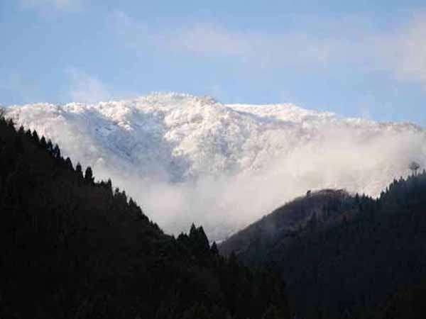 白く浮かぶ兵庫県最高峰の氷ノ山