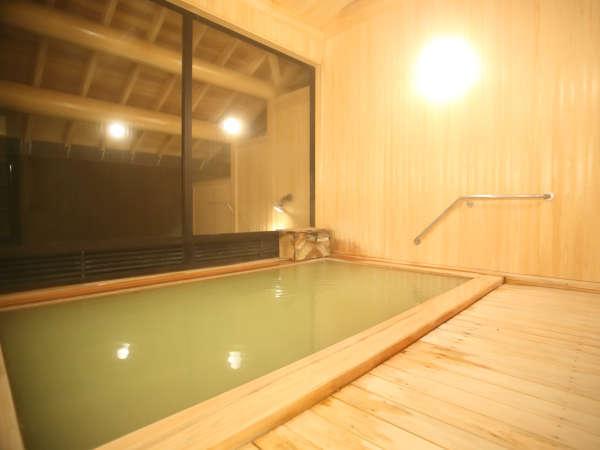 *2017年新築の温泉棟:大浴場内湯 新しい檜の浴槽は香りもお楽しみいただけます。