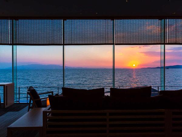 夕陽百選の銀波荘ではロビーだけではなく温泉や客室から瀬戸内海に沈む夕陽を眺めることができます。