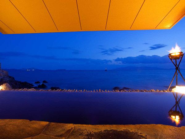 夕暮れ過ぎには瀬戸内海が美しい群青色に染まります。