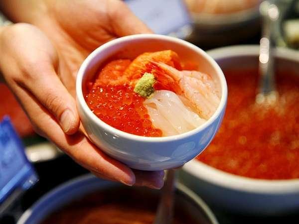 【2階/朝食】一番人気の海鮮丼。北海道産イクラや、イカ・甘エビなど様々な海の食材をご用意。