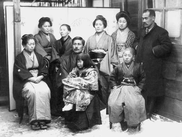 これが創業者一族。中央が2代目、右端が初代佐藤万平です。初代は武田信玄の家臣の末裔です。