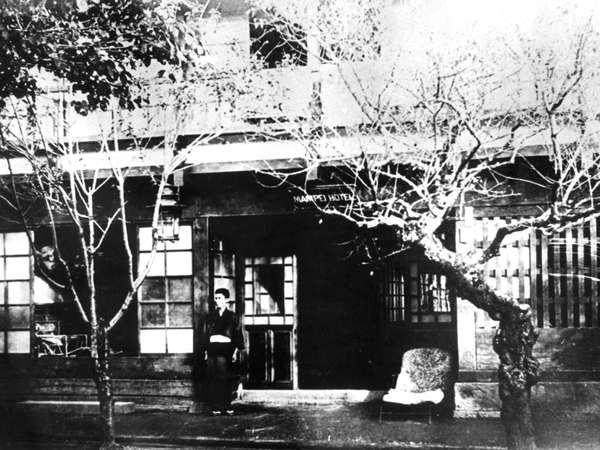 1894(明治27)年、創業当時の万平ホテルです。現在の旧軽井沢銀座通り、郵便局の場所です。