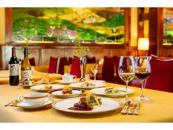 ステンドグラスを眺めながら素敵なディナーを