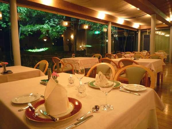 昼間とは違う雰囲気のレストランで、シェフ自慢のディナーをお楽しみください