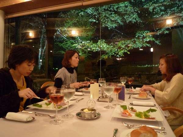 落ち着いた雰囲気のレストランでディナーをお楽しみください