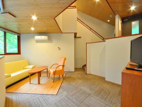 【コテージ】一階はリビングスペース。2階は和室の寝室でございます。(バス・トイレ付)