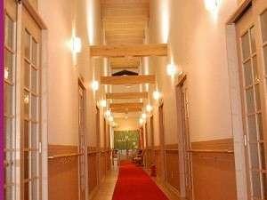 館内22間の吹き抜け中央廊下