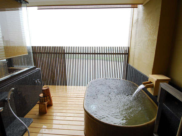 ◆特別室-脊振-露天風呂◆唯一ツインベットタイプと信楽焼きの陶器の露天風呂です。