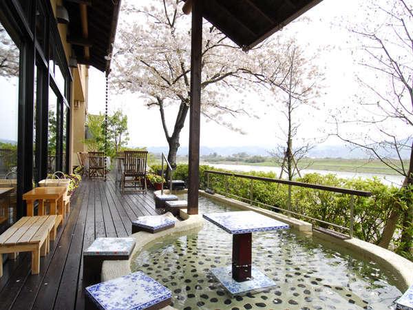 ◆六峰舘 足湯◆春のシーズンは桜の花びらが足湯に舞います。