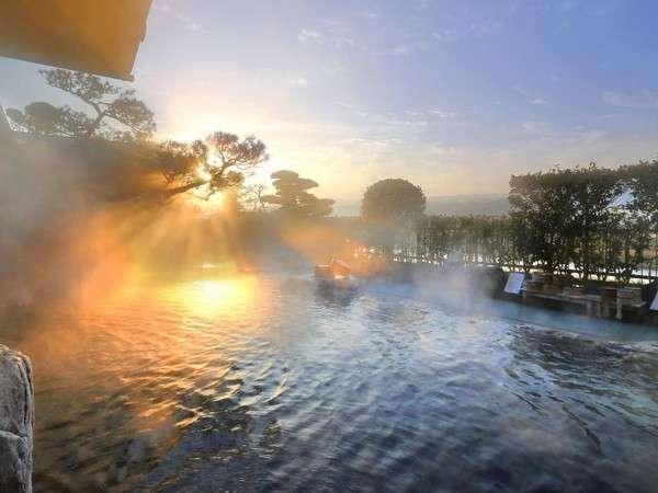 ◆4階の庭園露天風呂◆リピータ様から人気の高い理由は、広く解放感たっぷりであること。眺望もGOOD♪