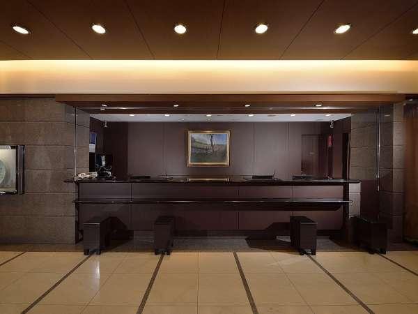 【ロビー】明るい空間とスタッフの笑顔がお客様をお迎えします。