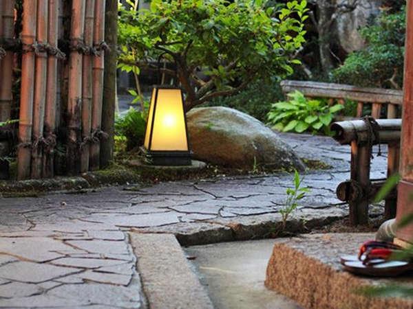 【信楽たぬき温泉 小川亭】信楽焼窯元へは徒歩圏内。陶芸アートに囲まれて郷土料理を味わう