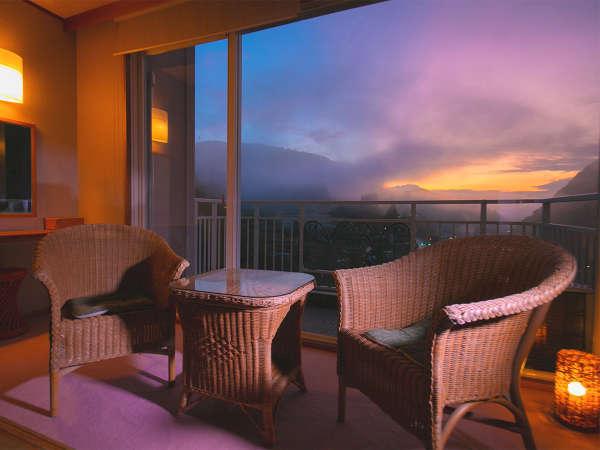 ■和室 温泉街側■大きな窓からは四季折々の景色と移ろう空模様が天ヶ瀬の景色を演出します