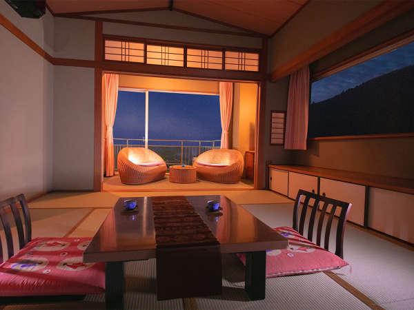 ■和室最上階 温泉街側■外の景色を眺めながら『旅の思い出』を語る