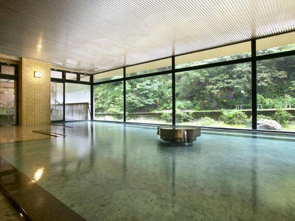 大浴場では、山里の移り行く風景を愛でながら