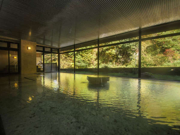 【大浴場】秋、紅葉をお楽しみください。