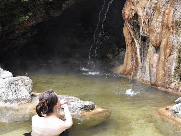 【天然洞窟野天風呂(混浴)】1617年開湯、源泉かけ流し
