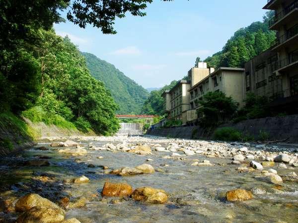 清流が流れる小川沿いに建つホテルおがわ