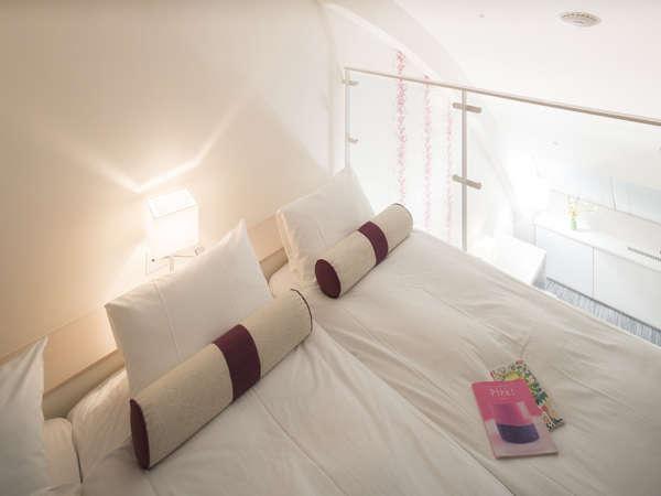 【ゴロゴロルーム(52㎡)】広々ベッドにくつろぐ、メゾネットルーム。