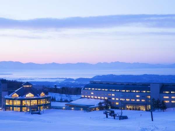 【冬の外観】磐梯山と猪苗代湖を望む絶好のロケーションです。