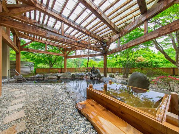四季折々の情景と青森ヒバの香りを愉しめる開放的な露天風呂。