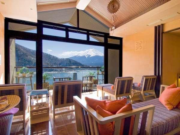 【風のテラス】湯上りにはで目の前に広がる河口湖と富士山をお愉しみください