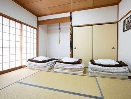 1階和室】中庭が見える、シンプルな6畳の和室です。