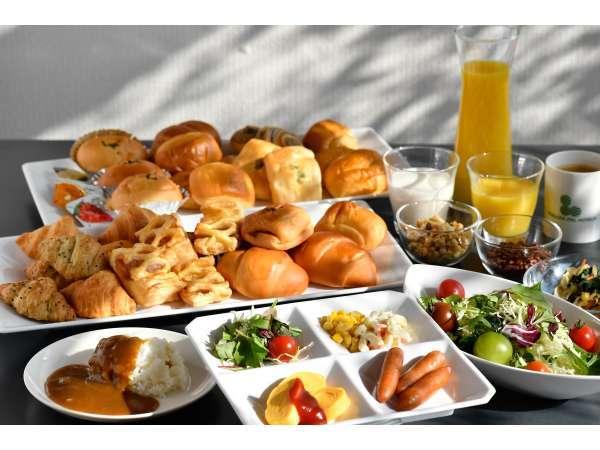 当ホテル自慢焼き立てパン・日替わりカレー、お惣菜是非お召上がり下さいませ。朝食時間AM6:00~AM9:00終了