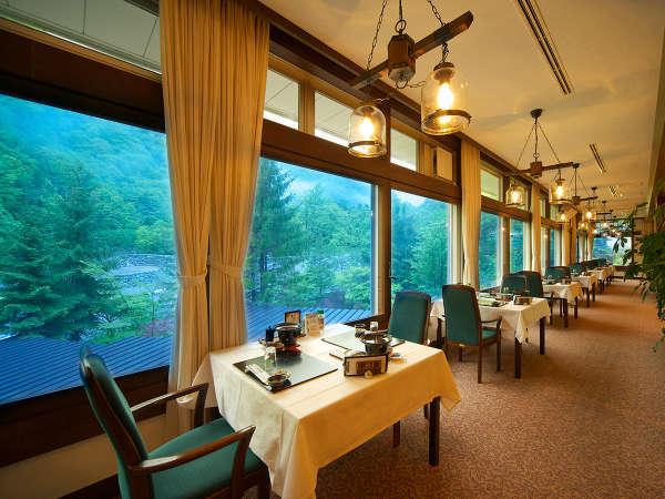 """窓から見える景色は「壮大な北アルプス」幻想的な世界を眺めながら、""""奥飛騨の美味""""をお楽しみ下さい"""