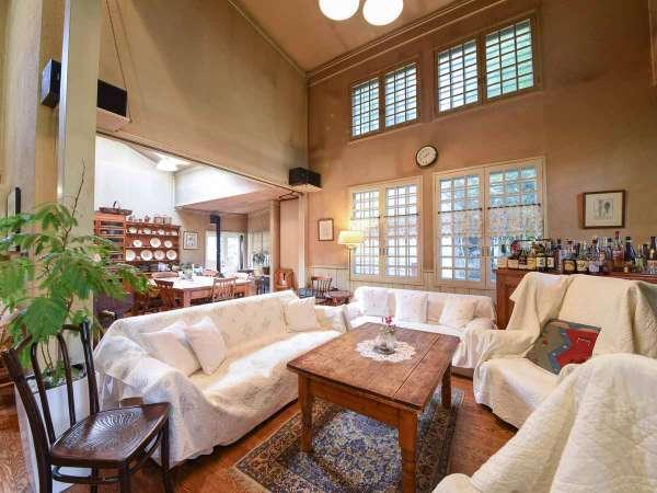 *【館内(ラウンジ)】パインの古テーブルや飾り棚、アンティーク小物が優しい時を包みます。